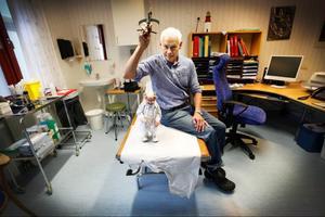 Vem styr vem i landstinget? Olof Englund, läkare och medicinsk samordnare i primärvården i Jämtlands län, har en marionettdocka i form av en doktor på sitt rum. Han köpte den i samband med en resa och den kan fungera som en symbol för hur en del av kollegorna upplever situationen.– Många läkare känner sig hårt styrda i sitt arbete, säger han.