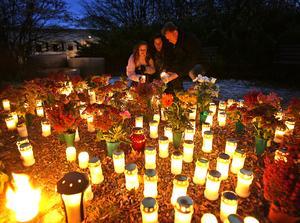 Många kommer att besöka minneslundar och kyrkogårdar i helgen för att tända ljus.