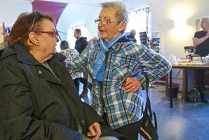 – Det här har jag sett fram emot, jag gillar Babben, säger Katarina Ek. Här samtalar hon med Gunnel Jansson om Babbens show.