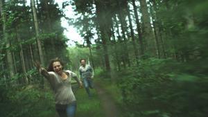 Obehaglig. Sofia Ledarp och Björn Kjellman spelar två främlingar som jagas av samma galning i