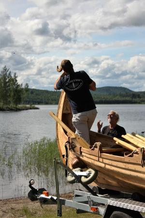 Båtbyggaren Per-Arne Forsberg fäste sista delen av båten.