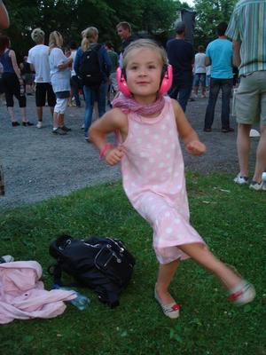 Aimee Tresjö 5 år lever sig in i musiken