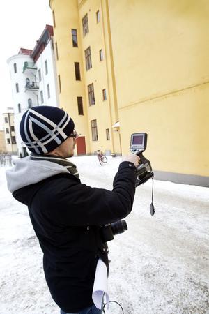 Gustav Persson använder värme-kamera för att avslöja var värmen läcker ut.