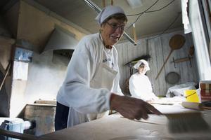 Birgit Sahlén och Margareta Karlsson kan det här med tunnbröd. De har bakat sedan 1980-talet, och varje sats deg med sex liter mjölk räcker ganska precis till 160 bröd.