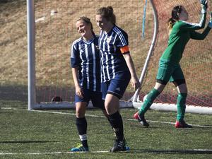 KIF gjorde 79 mål på 18 matcher i damtrean 2015. Här är det Marlene Ejerås och Emelie Åkersten som jublar.