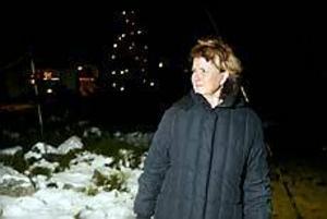 - Tänk om det var en varg, då har man i alla fall fått se en sån i sitt liv, säger Marianne Malmgren. Här i korsningen mellan Måsvingsvägen och Brusängsvägen såg hon ett stort vargliknande djur i måndags morse. Hon trodde först att det var en stor räv, eftersom den hade så yvig svans. Foto: LARS WIGERT