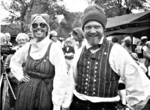 TRADITIONSBÄRARE. Både Sylvia och Sven bär Hedesundadräkten när de dansar. Här en bild från Upplandsschottisen på 1990-talet.