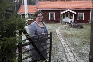 Maria Paulsen hälsar välkommen in på gården till torpet. Julgranen har de ute vid grinden.  – Den får vi inte plats med i torpet, säger Maria.