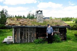 På fäboden i Storsjö spenderade Gösta och hans bror många somrar när de var små. I somras besökte Gösta fäboden för första gången på nästan tio år tillsammans med dottern Marianne och hennes make.  Foto: Privat
