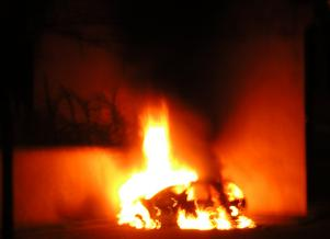 En bil har satts i brand under kravaller i Strasbourg 2005.