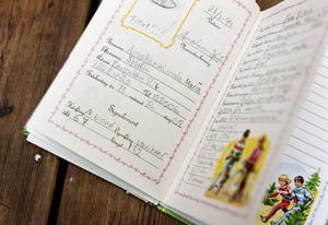"""Tonårsbok. I en """"Mina vännerbok"""" från tonåren kan Annakarin Österlund följa sin och sina vänners längd genom åren."""