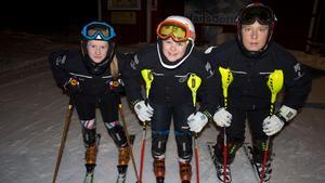Isabelle Similä, Samuel Persson och Isak Narkiniemi på plats i Klackbergsbacken.