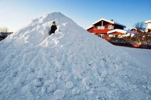 Snöhögen på vändplanen  efter Florellvägen i Valla blev en mysig snögrotta.