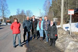 Här på vägkanten på E16 stannar bussarna i Yttermalung och det gillar inte Yttermalungsborna fr v Irja Sodlin, Astor Ericsson. Rune Matsson, Marry van Beek, Lars Lucas och Ann-Mari Petersson.