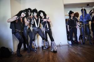 Hårdaste glamrockarna. I rockgruppen Kiss skepnad uppenbarade sig Stefan Karlsson, Stefan Borgström, Geron Ace Norberg och Mikael Karlsson.