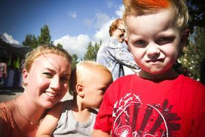 Maria Skoglund med sönerna Oliver, 6, och Charlie, 2, kom för att se på trollkarlen Hamid.