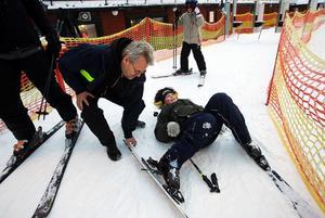 När det är dags för årets första slalomåk får man räkna med att det kan finnas fallgropar. Som vid liften, där David Gajevski fick lite problem med att hålla reda på armar och ben. Liftskötaren Tomas Eriksson kom till undsättning.