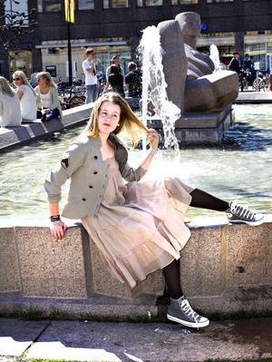 Sommar i stan. Clara i skir strandklänning i nougat 1999 kronor med tuff arméjacka 2299 kronor, båda från Hunkydory finns på Sivi Shop.