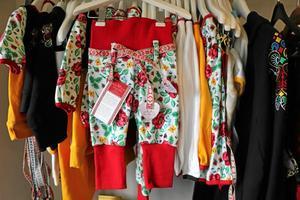 Karins uppväxt i Dalarna märks i hennes och systern Åsas design av barnkläder.