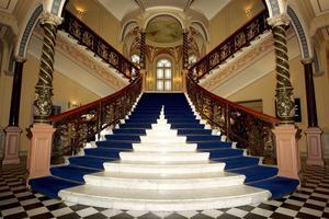 Knappast någon byggnad i Sundsvall symboliserar så starkt sågverksepoken som Hotell Knaust med sin berömda trappa.