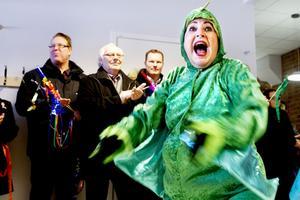 Drake. Flygande Draken måste ha en drake. I den gröna dräkten förskolläraren Marita Sonestedt.