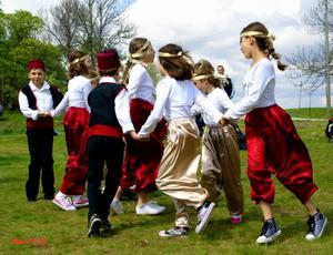 Jag tycker att den här bilden på dom här gladaBosninska barnen i sina fina färggranna dräkterblev så fin när dom dansade på Tillsammansdagenden 17 Maj på Westerqwarn i Mölntorp, där domflesta av Hallstas nationaliteter träffades ochvisade upp sig med dans och musik.