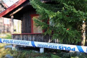 I den här stugan överföll 55-åringen sin äldre kamrat med kniv.