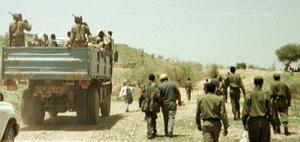Försök hitta en sådan där bild med en massa svarta påtända elakingar som åker runt på flaket på en vit (?) Toyota i Afrika nånstans och en bt typ:      I nyheterna hör vi nästan dagligen om våld, övergrepp och stort humanitärt lidande i Sydsudan och Centralafrika. Dessa konfliktdrabbade länder är två av de 44 länder som uppmärksammas i det så kallade  New Deal for Engagement in Fragile States, skriver FN-förbundets Aleksander Gabelic.