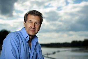 Artisten, författaren och romske aktivisten Hans Caldaras kommer på besök till Hulåns ordenshus.