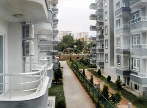 Lägenheten ligger längs den här gatan i Oba utanför Alanya, Turkiet.
