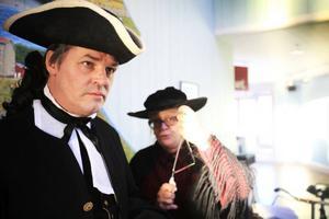 Henric Tungström spelar bataljonsprost Idman och Lisbeth Sunnergren Fröken Anna Johansson, som bär på den magiska triangeln.