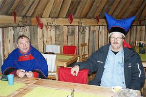 Hattprovarritual i finsk träkåta. En Ami öppnar för oväntade möten.