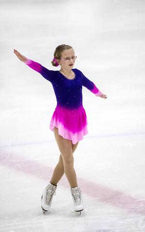 Tioåriga Nova Adolfsson från Sundsvalls Konståkningsklubb var en av 115 tjejer som visade upp sig när Mittpiruetten avgjordes.