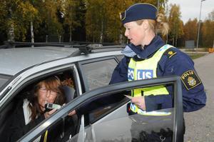 Ingrid Olsson från Delsbo får styra vidare efter att Alexandra Bergström trafikpolis Sundsvall godkänt stickprovet med sin alkohol testare. Foto ibafoto/Gunnar Almberg