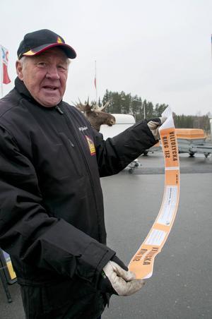 Kjell Tjärnås med en olycksremsa som varje bilist bör ha till hands vid en viltolycka.