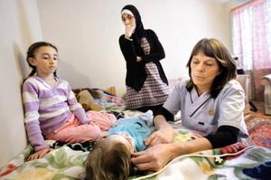 Rim måste till sjukhus. Annars kommer hon att soman in här, förklarar sjuksköterskan Annica Johansson för Manal El Banna. Storasyster Alaà vägrar lämna lillasysters sida. Hon och systern Laxal vill följa med till USÖ.