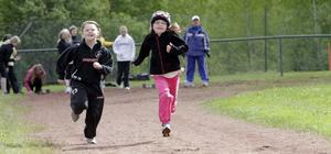 Felicia Andersson och Zelda Hedlund går i trean – och får inte vara med i SP i år. Men nästa år kanske det är de som möts i 60-metersfinalen.