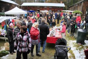 Runt 5000 julsugna besökare lockades till årets första julmarknad.