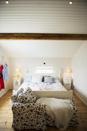 Parets sovrum är vilsamt inrett.