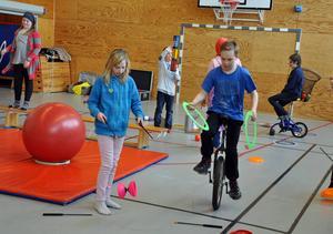 Att testa själv är roligare än att se en föreställning, det var barnen rörande överens om. Anton Rösnäs hade inga problem med att cykla på en enhjuling.
