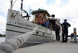 Redo? Engelbrekt ligger nu förtöjd i Mora. Några besättningsmedlemmar gör en sista finputsning av båtens skrov. Foto:Björn Westerdahl