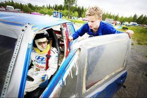 William Gustavsson är en av deltagarna i Motorkollo. På folkracekörningen får han köra rutinerade Mattias Lundqvists bil.Inför heat 2 så händer det som inte får hända – bilen vägrar att starta. Men Mattias Lundqvist känner sin bil och stressar inte upp sig. Han plockar fram draglina och får efter några försök igång bilen med rullstart.