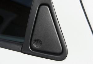 Bildtext 9: Bakdörrarna öppnas med ett litet handtag gömt i fönsterbågen där designchefens eget ingjutna fingeravtryck visar var du ska trycka.   Foto: Pontus Lundahl/TT