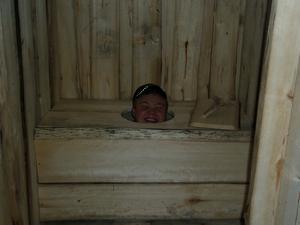 När det nybyggda dasset skulle förevigas på bild så kunde inte kompisen hålla sig(!) borta utan dök upp som gubben i lådan.Dasshumor utan tvivel!
