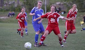 NSK:s Tova Linder (till vänster) och SFF:s Lotta Hjalmar i kamp om bollen. Foto: Mikael Stenkvist