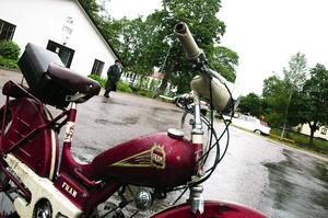 Tysk veteran. Klassisk tvåväxlad 50-talsmoppe med frigång och en motor på cirka en hästkraft. Går det tungt i uppförsbackarna blir det till att trampa på pedalerna.