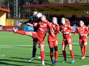 Kvarnsvedens Melisa Hasanbegovic och Örebros Michelle de Jongh är inte riktigt överens om åt vilken håll bollen ska.