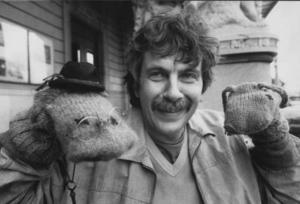 """Staffan Westerberg 1984. Med två av strumpfigurerna ur barnprogrammet  """"Lillstrumpa och Syster Yster på villovägar""""."""