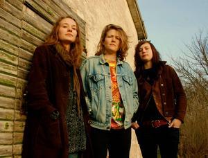 Cosmic Blonde spelar på Hoforsrocken den 26 juli.