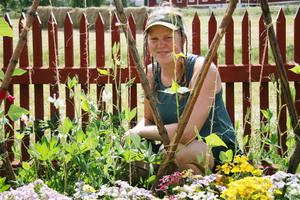 Ingrid Hellberg mitt bland blomstren.
